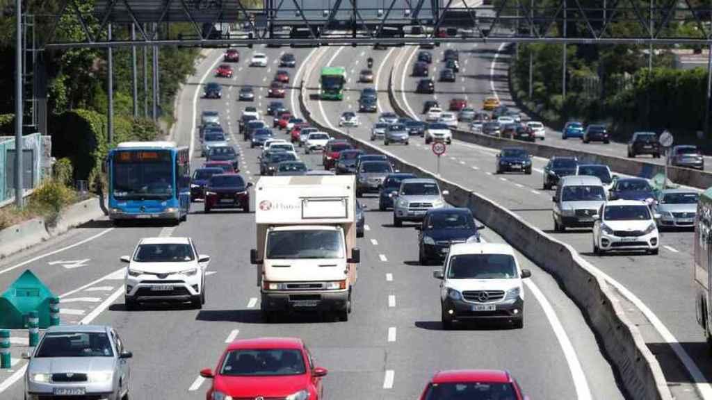 Vehículos circulando por una carretera española.