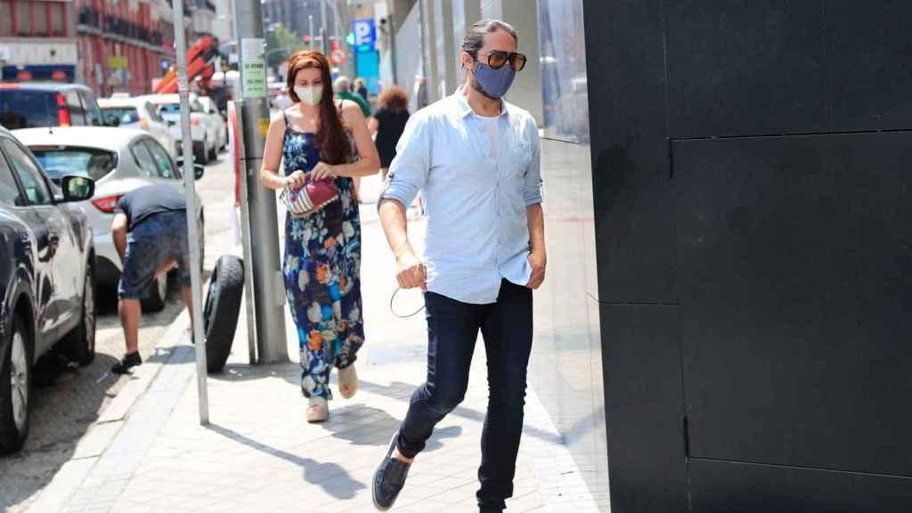 El bailaor y su pareja, a la entrada del hospital, el pasado julio.