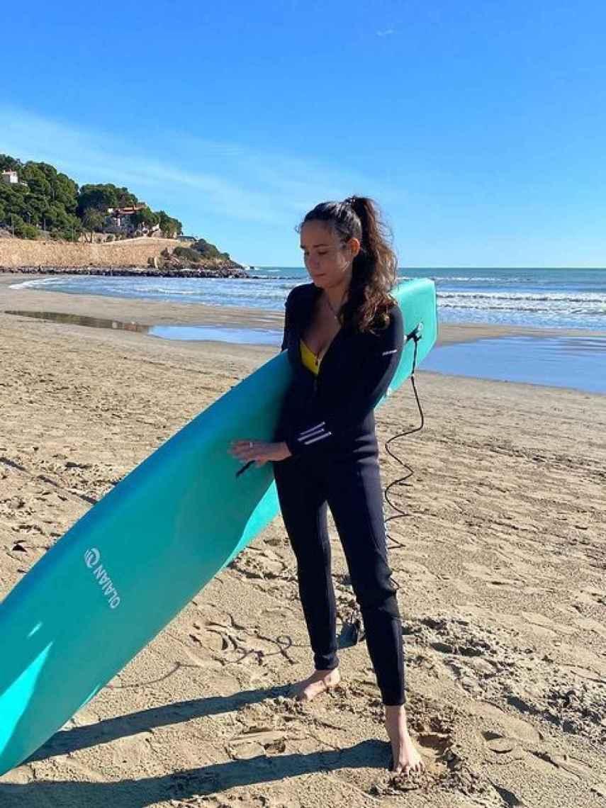 Carolina ha disfrutado mucho de la playa estos meses. En la foto, con la tabla de surf en Benicassim.