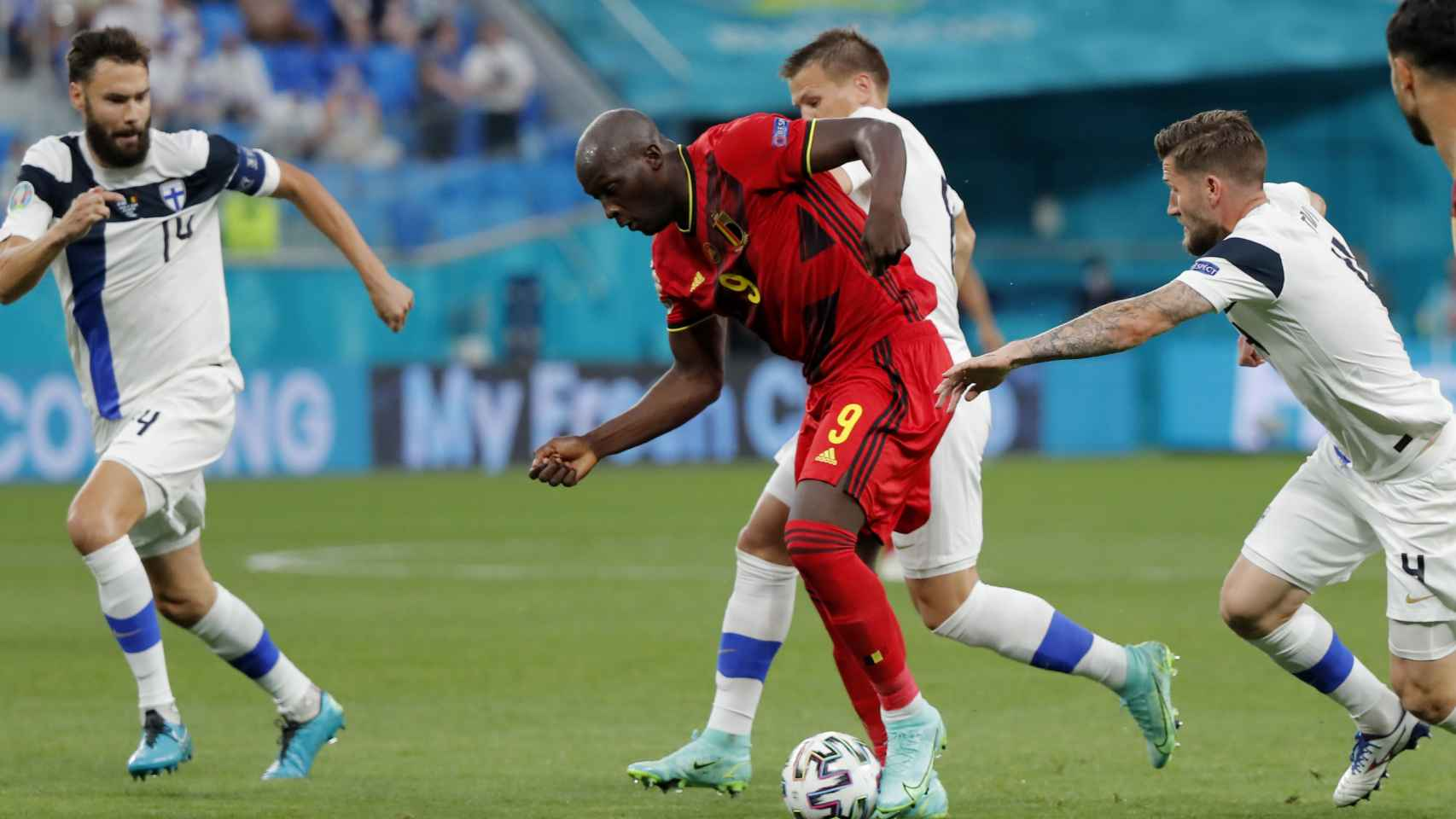 Romelu Lukaku, perseguido por los jugadores de Finlandia