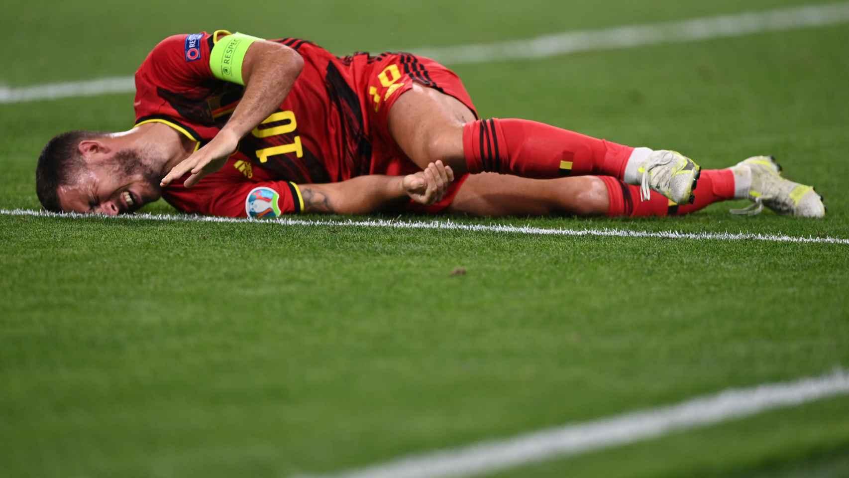 Eden Hazard, quejándose en el suelo de uno de sus tobillos