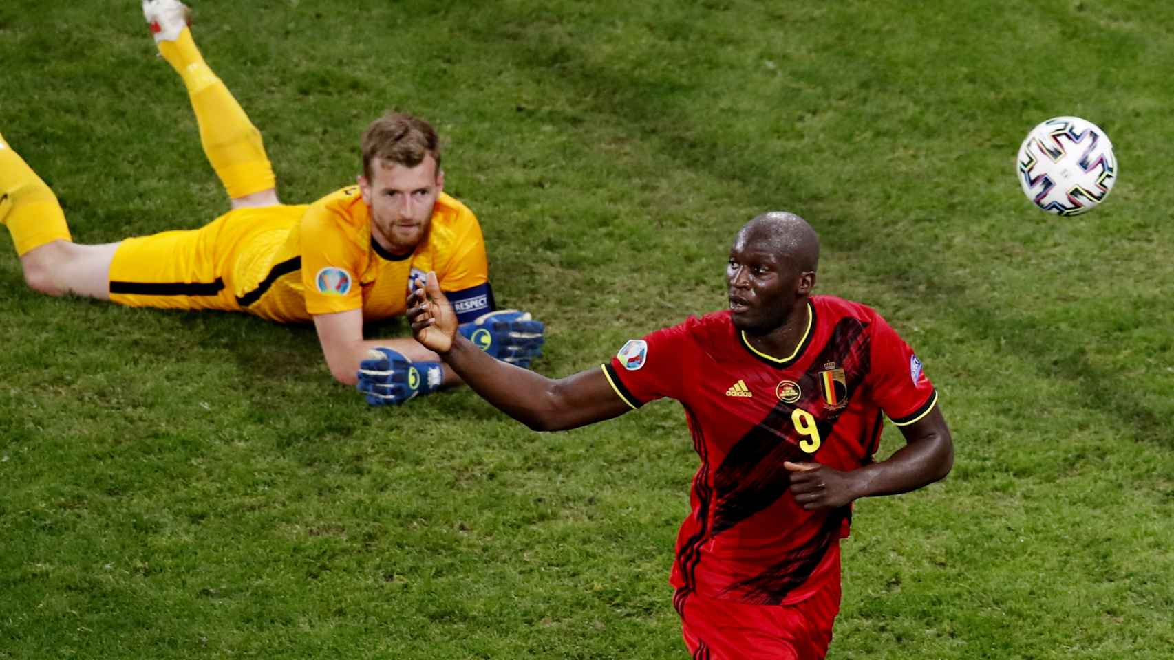 Hradecky y Lukaku, en el gol anulado