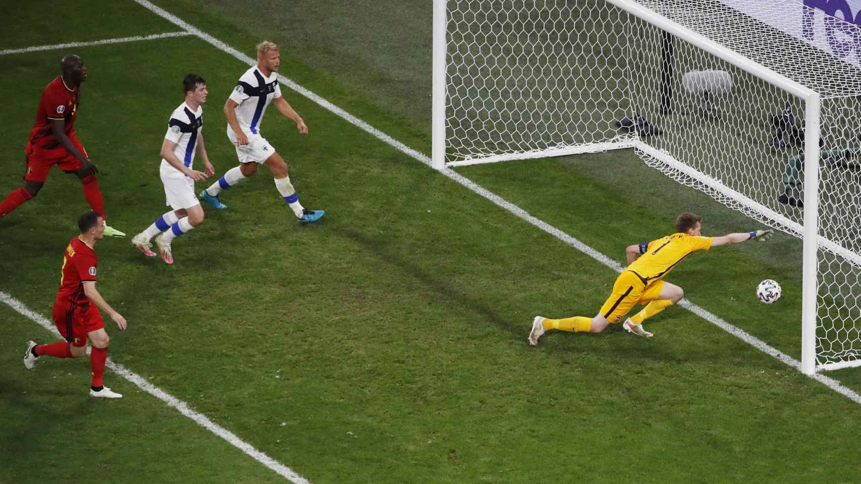 Hradecky no puede evitar que el balón se meta en su portería