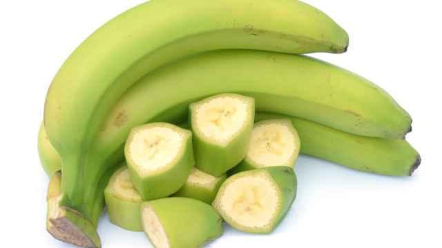 Unos plátanos verdes.