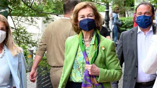 La reina Sofía por las calles de Atenas.