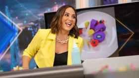 Tamara Falcó, luciendo una chaqueta 'cropped' durante una emisión de 'El Hormiguero'.