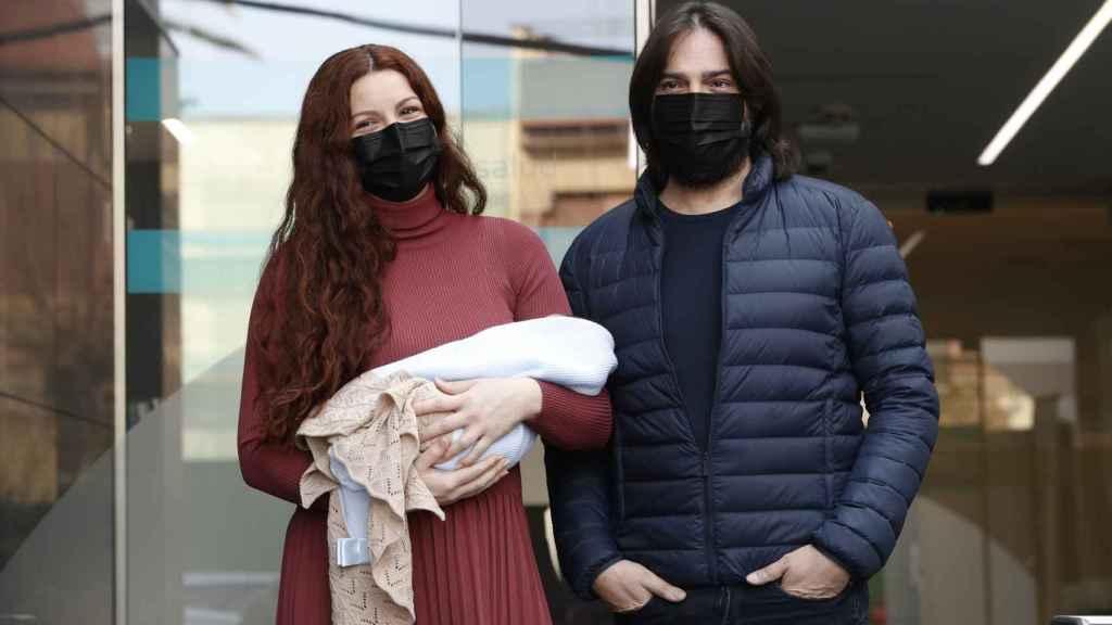 Joaquín Cortés y Mónica Moreno, en la presentación de su bebé, Andrea, a los medios.