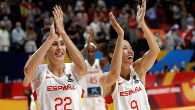 María Conde y Laia Palau celebran el triunfo ante Montenegro