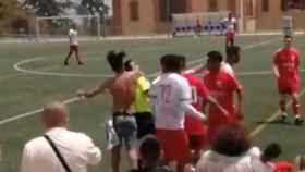 Un aficionado agrede al árbitro en pleno partido