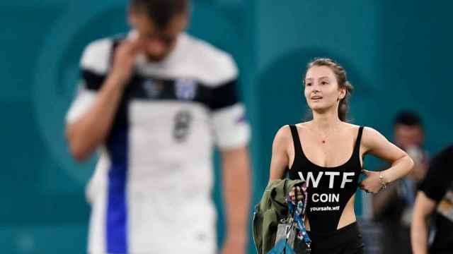 Así es la espontánea que saltó al campo durante el Finlandia - Bélgica de la Eurocopa