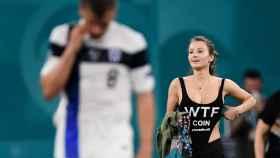 La espontánea que saltó al campo durante el Finlandia - Bélgica