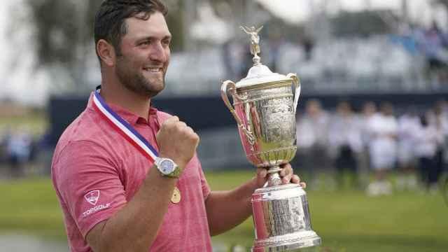 Jon Rahm levanta el trofeo conquistado en el US Open, en el Torrey Pines Golf Course de San Diego.