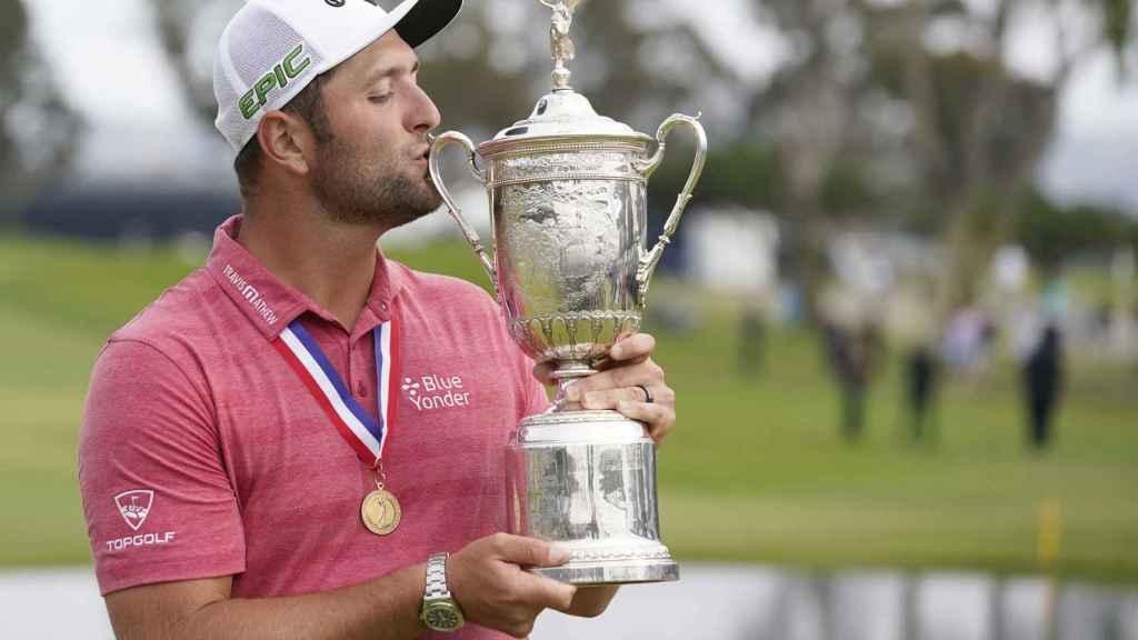 Jon Rahm besando el trofeo del US Open