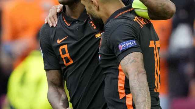 Memphis Depay y Wijnaldum celebra un gol con la selección de Holanda en la Eurocopa 2020