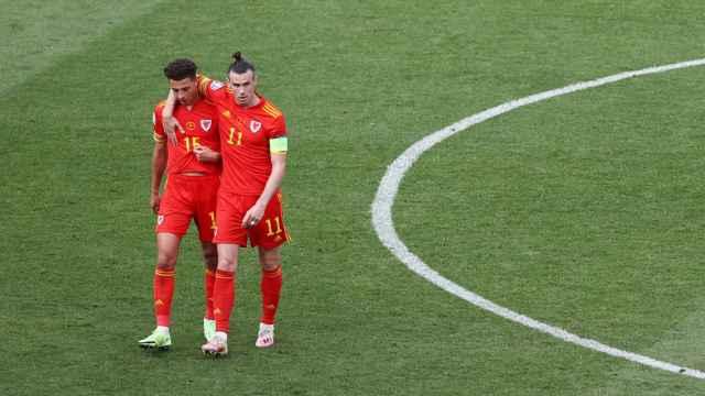 Gareth Bale acompañando a Ampadu en un partido de Gales
