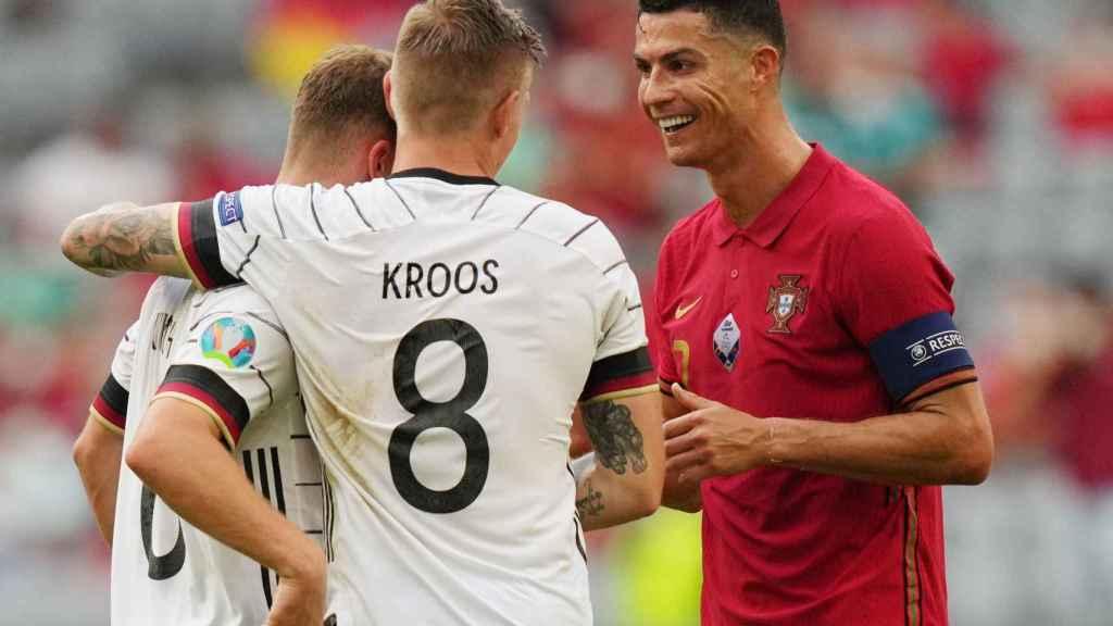 Cristiano Ronaldo y Toni Kroos hablando en la Eurocopa