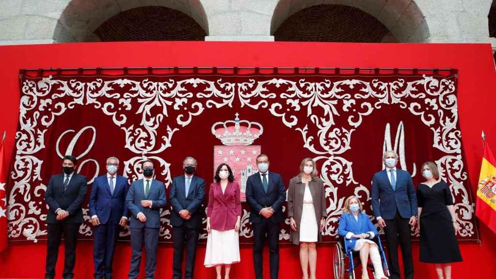 La presidenta de la Comunidad de Madrid, Isabel Díaz Ayuso, posa con su nuevo Gobierno tras la toma de posesión de los consejeros.