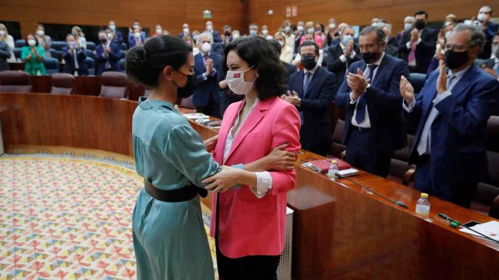 La portavoz de Vox en la Asamblea de Madrid, Rocío Monasterio felicita a Isabel Díaz Ayuso.