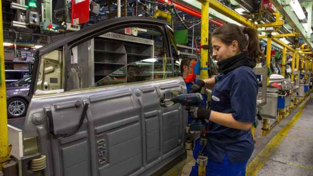Empleada de Ford Almussafes en la línea de montaje. EE