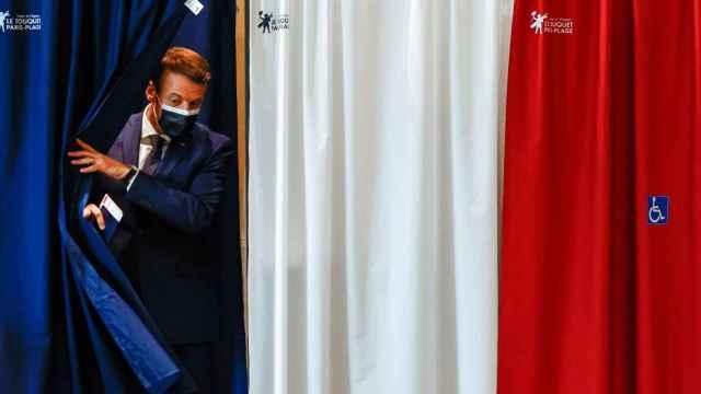 El presidente Emmanuel Macron en su colegio electoral de París.