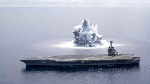 Explosión junto al USS Gerald R. Ford