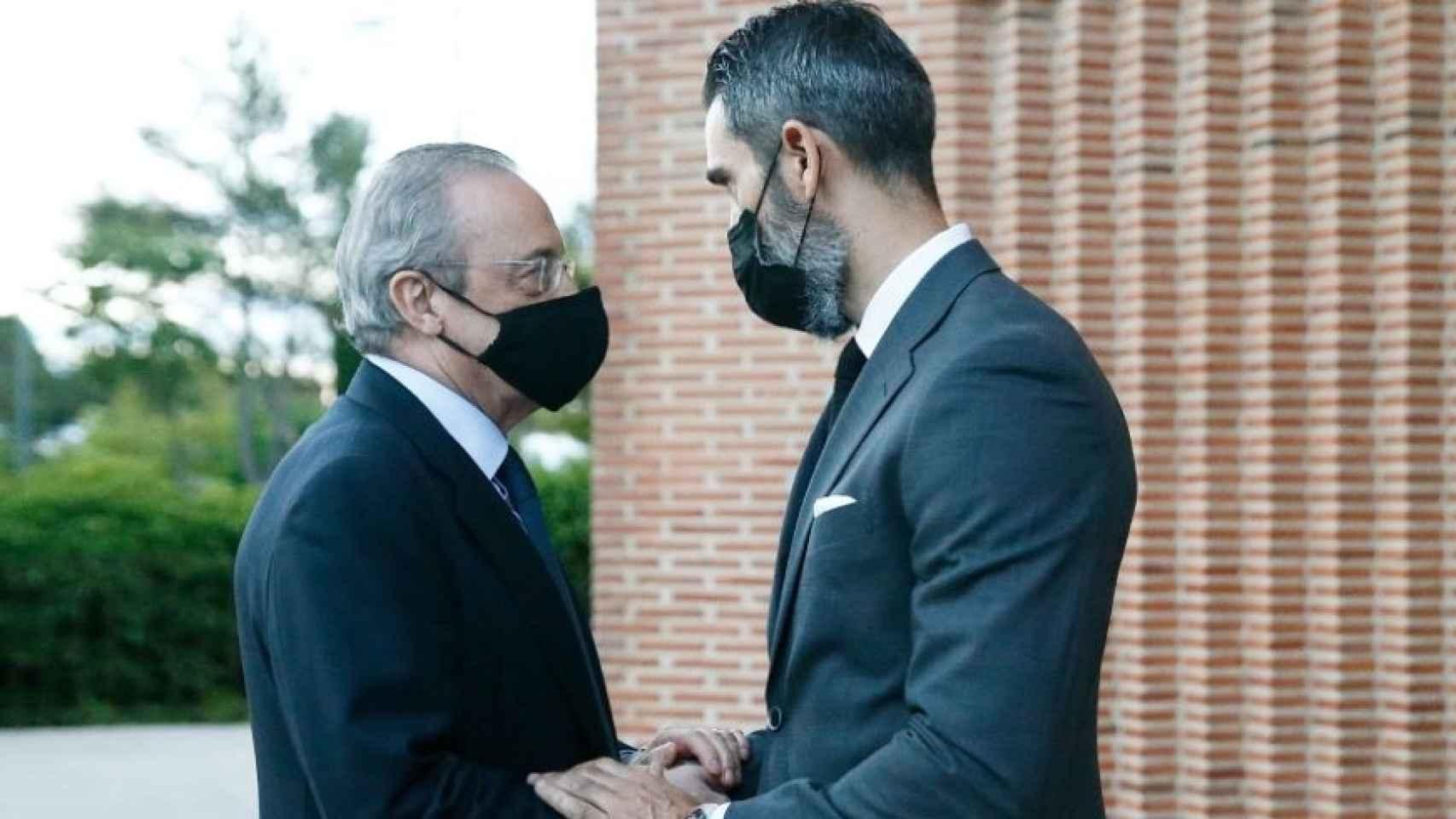 Florentino Pérez y Fernando Sanz, durante el funeral de Lorenzo Sanz