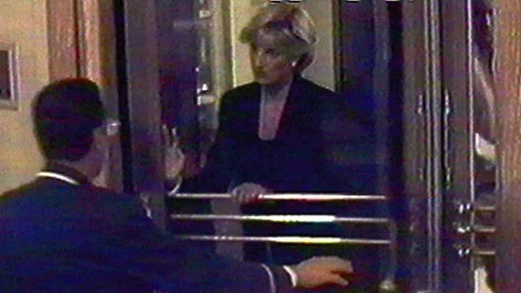 La princesa saliendo del hotel Ritz de París, la noche del 30 de agosto de 1997.