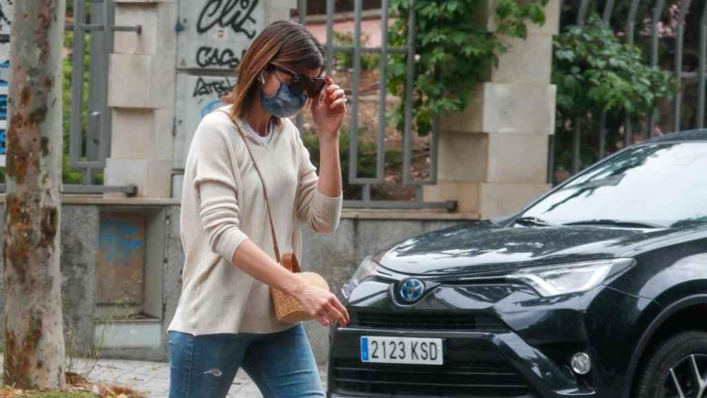 Alba Santana, cabizbaja y preocupada en su última salida del domicilio de Mila Ximénez.