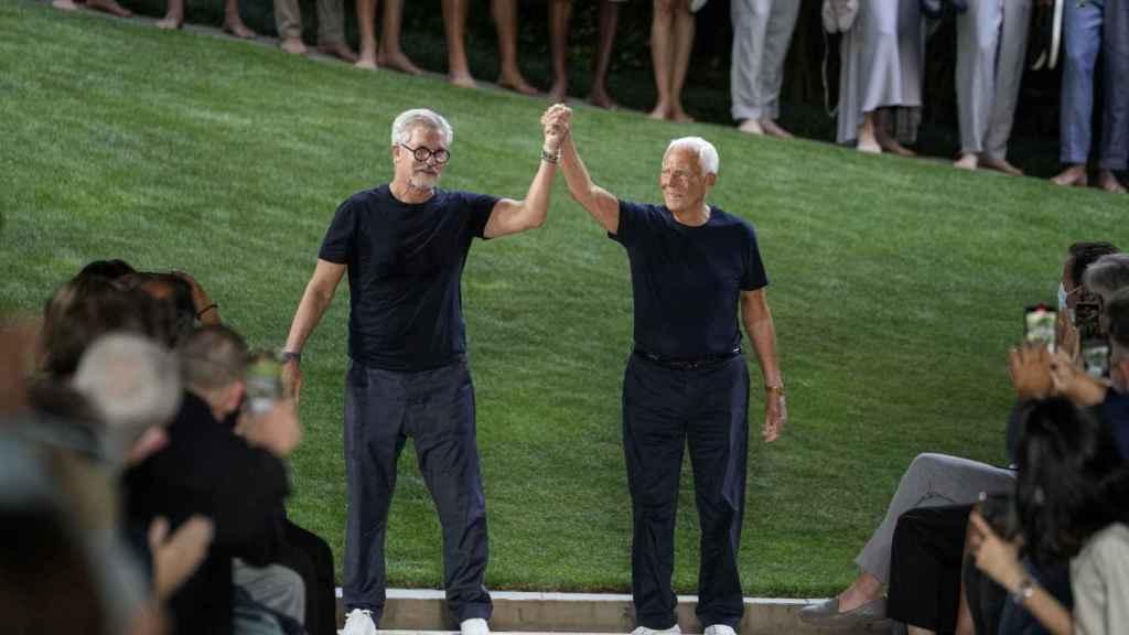 Giorgio Armani y Leo Dell'Orco en el desfile de su firma en Milán.