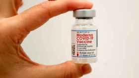Un vial de la vacuna contra la Covid de Moderna.