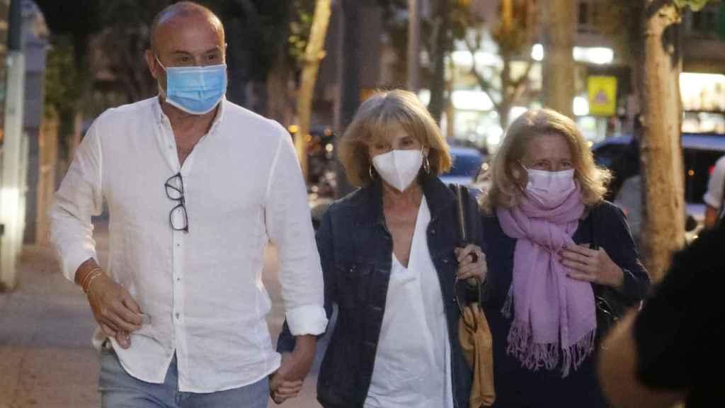 Los hermanos de Mila Ximénez llegando a su domicilio madrileño tras una rápida salida.
