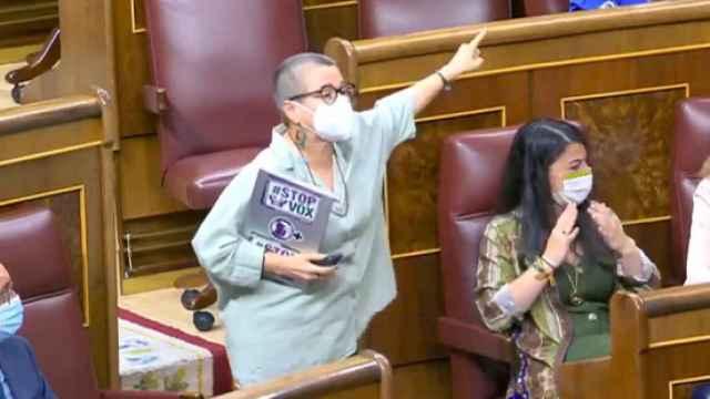 María Carvalho Dantas, diputada de ERC en el Congreso, junto a Macarena Olona, de Vox.