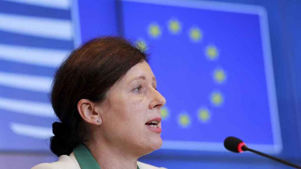 La vicepresidenta de la Comisión, Vera Jourova, durante la rueda de prensa de este martes
