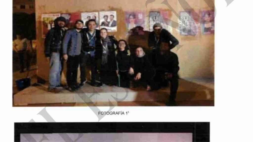 Los empleados de Neurona, en la pegada de carteles de las elecciones municipales de mayo de 2019.