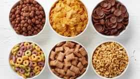 Unos cuencos llenos de cereales.