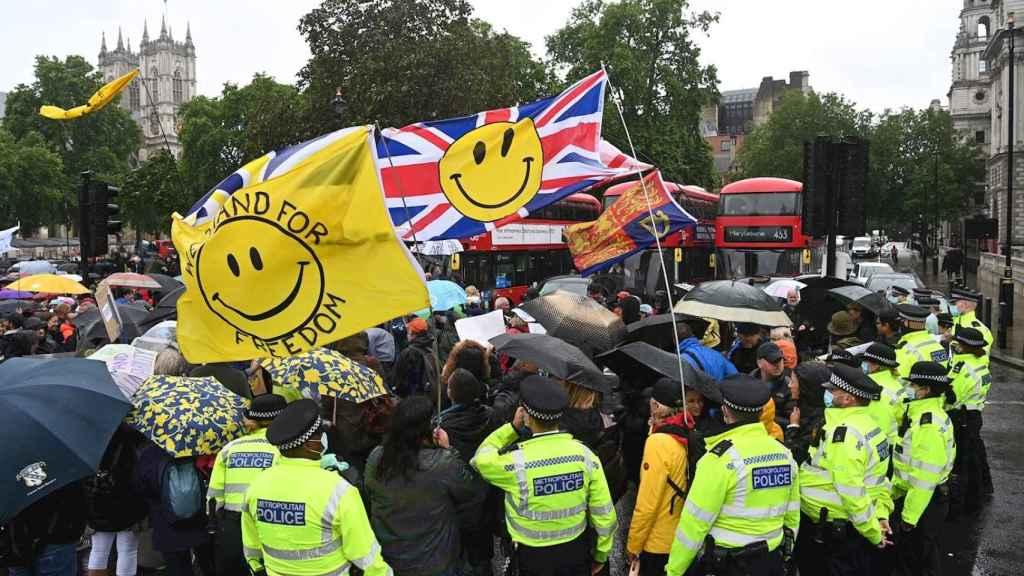 Manifestantes contra el confinamiento en Londres. EFE/EPA/Facundo Arrizabagala