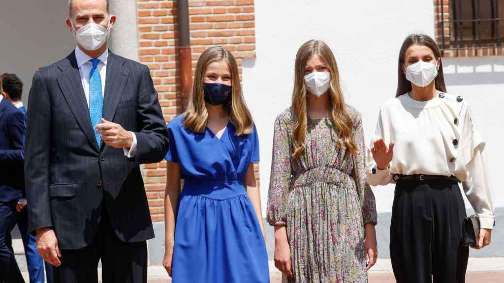 Leonor junto a los Reyes y la infanta Sofía el día de su confirmación.