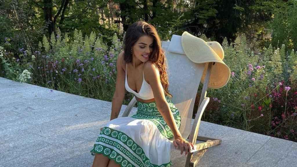 Violeta Mangriñán, luciendo la falda 'superventas' de Zara.