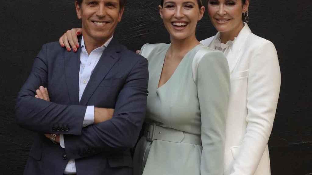 Alba Díaz, junto a sus padres el día de su graduación.