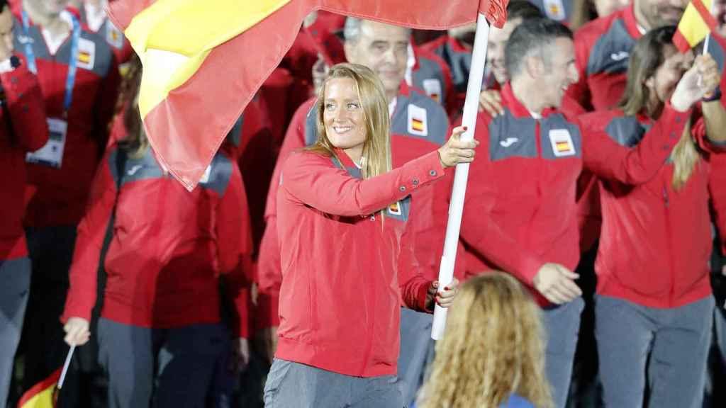 Mireia Belmonte con la bandera de España en los Juegos del Mediterráneo 2018