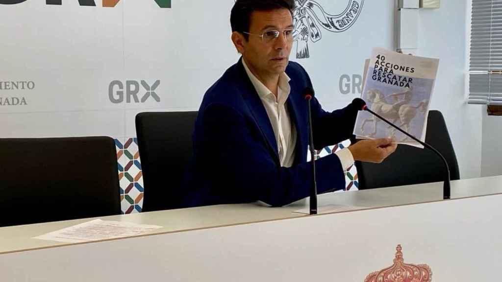 El socialista Paco Cuenca presenta su documento con 40 propuestas.