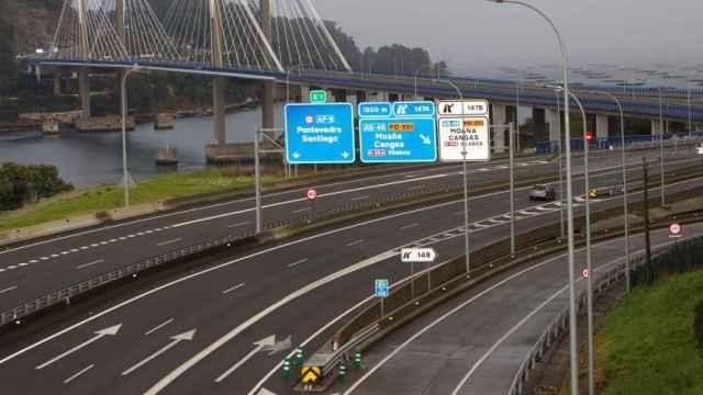 Un tramo de la AP-9 junto al Puente de Rande, en la Ría de Vigo.