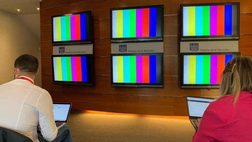 Los 6 plasmas de Sánchez: así siguen los periodistas su rueda de prensa tras aprobar los indultos.