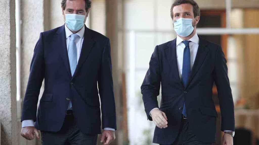 El presidente de la CEOE, Antonio Garamendi, y el líder de la oposición, Pablo Casado.
