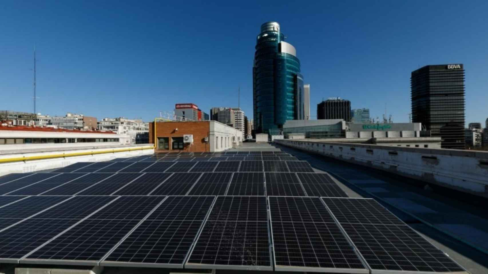El Ministerio de Transportes instala paneles solares en su sede de Madrid para su electrolinera