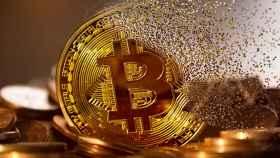 Montaje de una moneda de bitcoin que se desvanece.