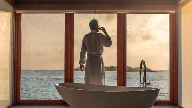 Un millonario tomando un baño.
