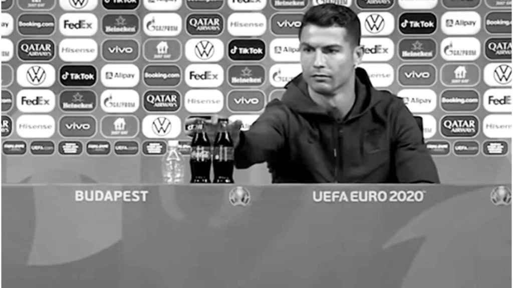 Cristiano Ronaldo, en la rueda de prensa que coincidió con el desplome de Coca-Cola.