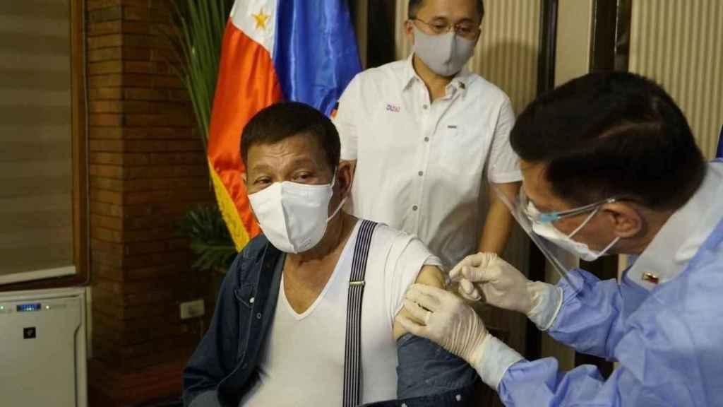 El presidente de Filipinas, Rodrigo Duterte, recibe la primera dosis de la vacuna china Sinopharm.