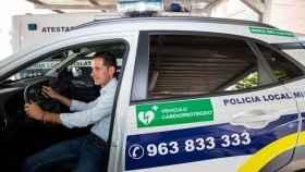 Carlos Fernández Bielsa, alcalde de Mislata, en un coche eléctrico de la Policía Local de la ciudad. EE